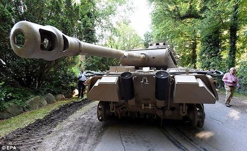 年金暮らしのお爺さんが自宅に第二次世界大戦の戦車を隠し持っていた