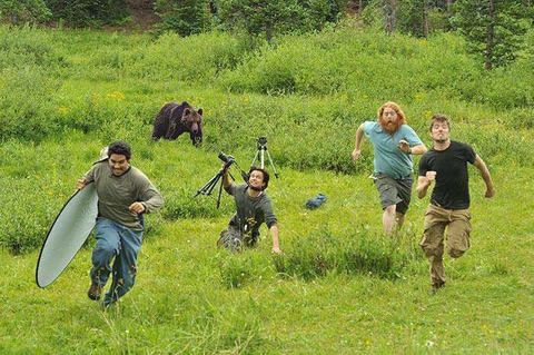 クマから逃げる撮影スタッフ