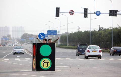 壊れた信号の代わりに自ら信号となる中国人