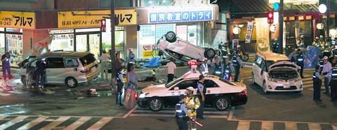 福岡で逆走した車