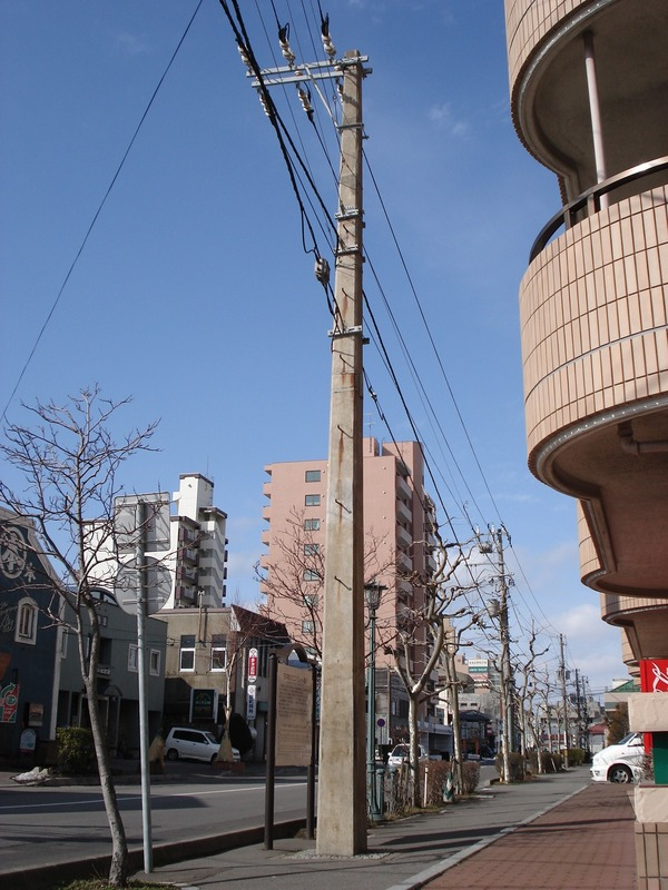 Square_utility_pole_090207