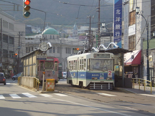800px-Hakodate_city_tram_jujigai