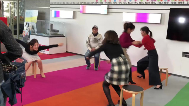 椅子取りゲームで中村秀香アナの谷間とお尻! 黒木千晶アナのミニスカ▼ゾーン!