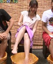 モヤさま田中瞳アナ、足湯でスカートの中をチラ見せしてしまうwwwwww※画像あり