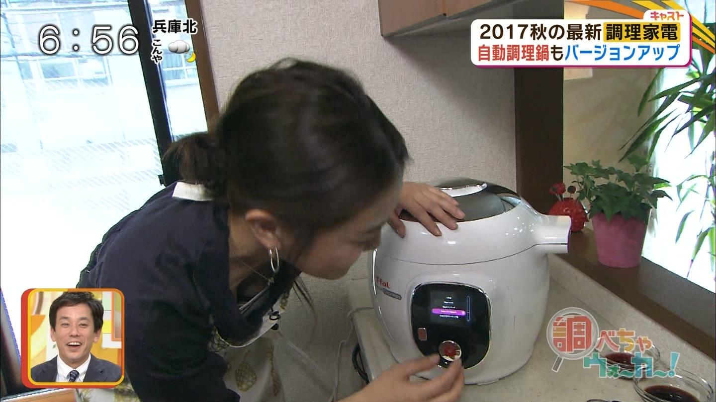 塚本麻里衣アナが料理に夢中で、胸チラしまくりハプニング!!