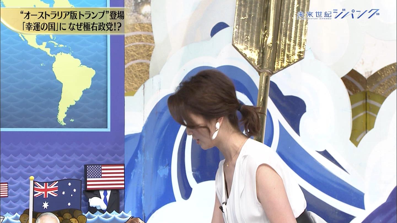 秋元玲奈アナが胸チラ、谷間チラ!!
