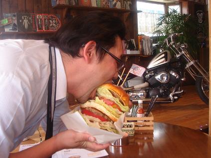 メガUSバーガーはお一人で食べる事はおすすめしません。