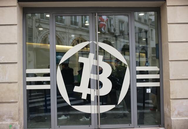 年末のパリ、ビットコインセンターにはBTCを求める人々の長蛇の列ができる