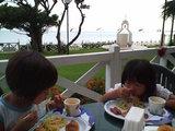 お庭で朝食