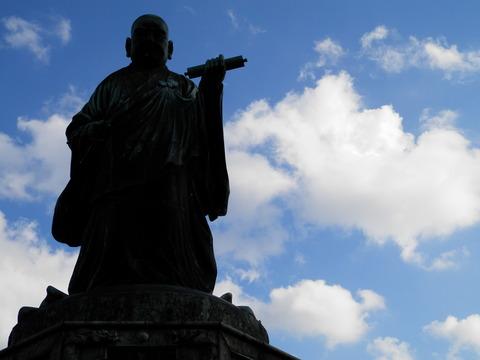 日蓮聖人銅像 にちれんしょうにんどうぞう