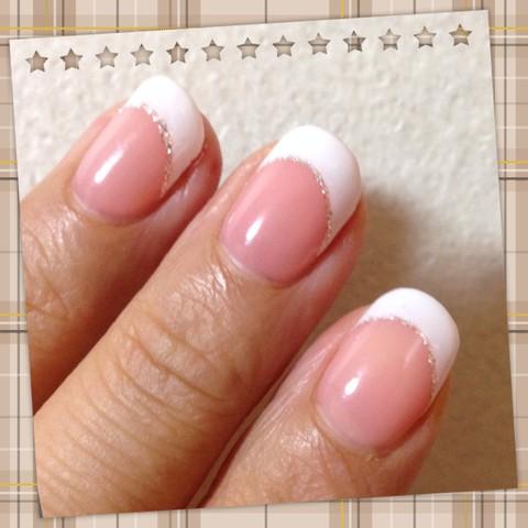 ベースがピンクの白フレンチネイル