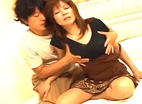 巨乳熟女が知り合った若い男と母乳生ハメ