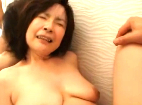 性欲が衰えない巨乳奥様が脱衣所で激しい性交