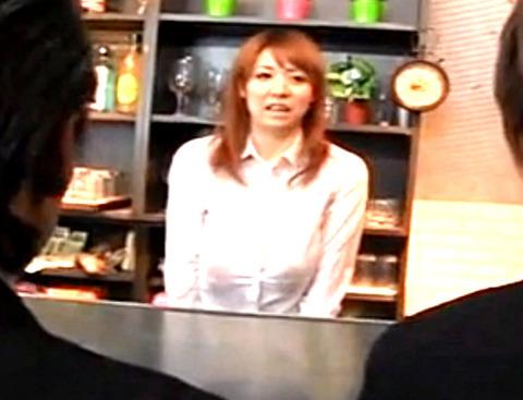 巨乳妻が店員をしている母乳バーで母乳ぶっかけから手コキイカセ