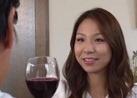 「ワインどうぞ!!!」睡眠薬入りワインを飲ませて部下の美人妻を寝取る中年上司
