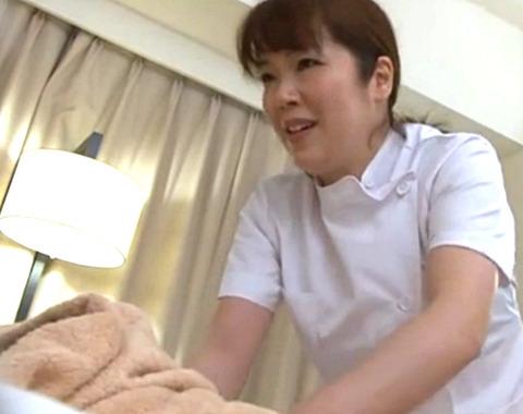 「お客さん!困ります!」熟女マッサージ師の施術中にチンポを見せつけて生SEX