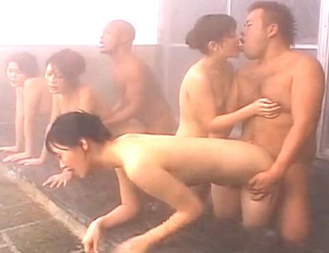 温泉で熟女たちが大乱交SEX