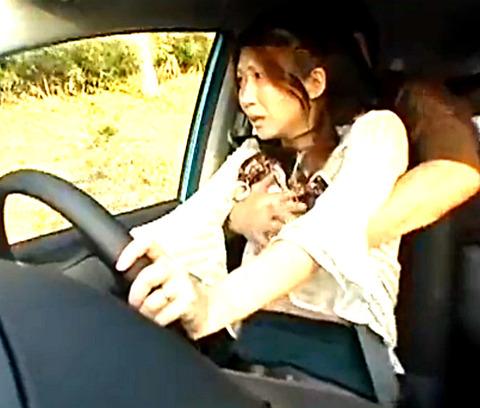 運転中の美人奥様にイタズラから生ハメ