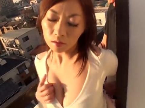 隣のベランダで洗濯物を干している奥さんのパンツを見せて…SEXを楽しむ!生挿入中出し!