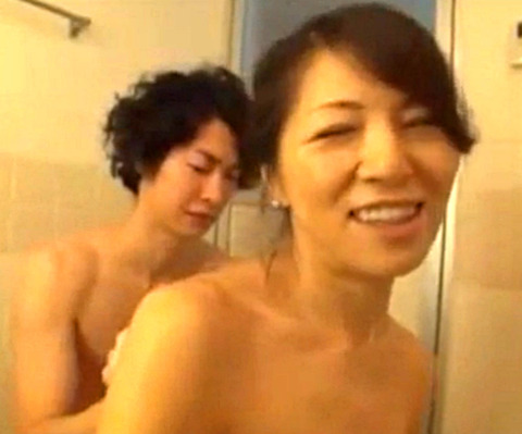 お風呂に入るマザコン息子と五十路母が近親相姦SEX