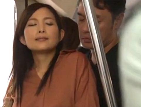「奥さんに会いたかった!!!」電車内で不倫する美人妻!