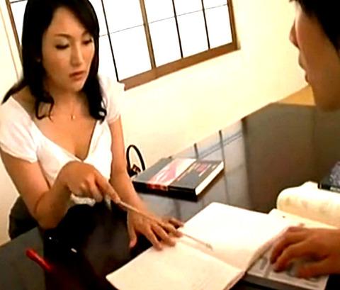 「少しサービスよ」エロ巨乳家庭教師妻が母乳を見せて