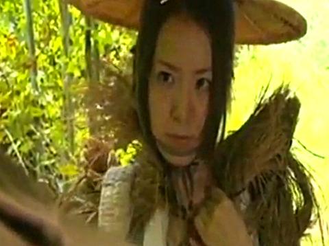 近所の変質者に竹藪で何度も犯され自殺した夫の亡骸を見てオナニーする変態女