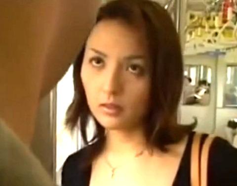 浮気していた夫に対抗して電車内で中年男を誘惑して不倫SEXで即イキ!