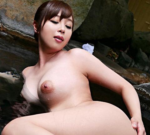 狂い咲き不倫乱交 温泉宿で出会った濃厚オヤジ達と性欲開放セックス 小川桃果