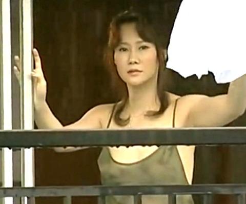 向かいのアパートの監視男に気づいた美人妻が誘惑して不倫生SEX