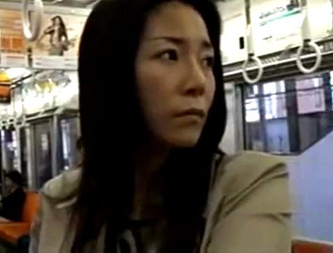 淫乱美人熟女!隠語で電車で男をナンパ