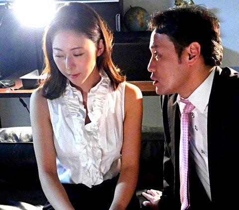 連日の激務で共働きの夫とはすれ違う毎日。そんな美月を部長の岡田は心配する素振りを見せつつも、この放っておけない部下が愛しくて堪らない