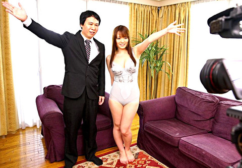 補正下着屋の女房 夫のために通販番組で商品モデルになる美人妻 ゆいの