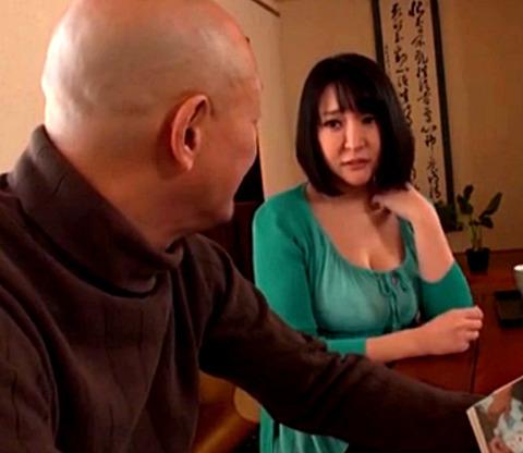 「私のパンティ…あれ?」義父を誘惑する爆乳人妻