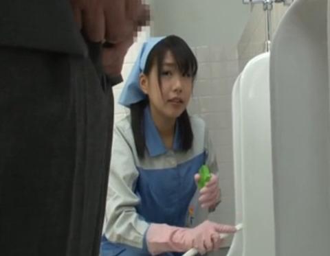 トイレ掃除のおばさんトイレ姿の男に興奮してエロい身体を…