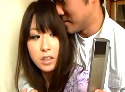 「こんなことしていいのかな?」男にオナニーをしている画像で脅され夫のそばで生ハメされる美人妻!