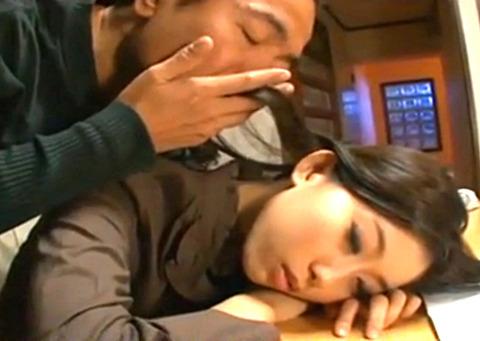 「こんな所で寝てたら…」うたた寝した美人妻を犯すゲス義父