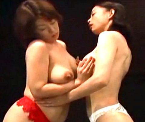 2人の巨乳人妻が母乳を掛け合いながら乱交生ハメ