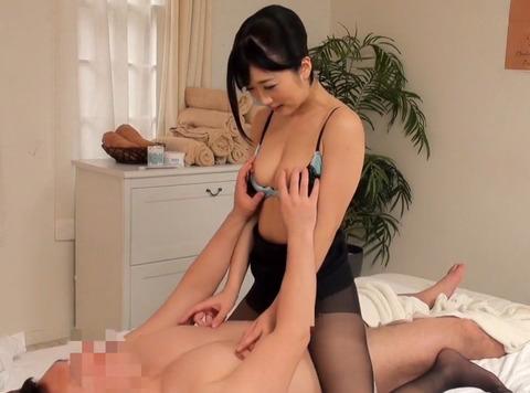 男性客のチンコを勃起させて自分の股間に擦り付けて誘ってくるスケベな人妻と濃厚SEX!