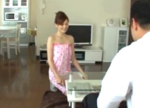 「ダメですよ!」同僚に家に居た美人奥様がバスタオル1枚!?興奮したので生SEX!