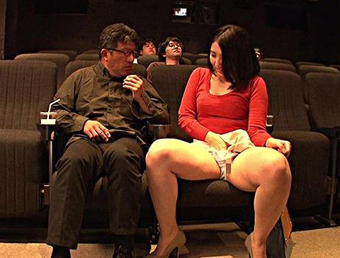 ムラムラしながら見ている若奥さんの隣には勃起して見ている男!お互いソソられ我慢の限界