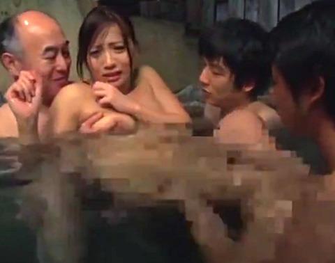 「やめて!!」混浴温泉で集団輪姦される美人妻