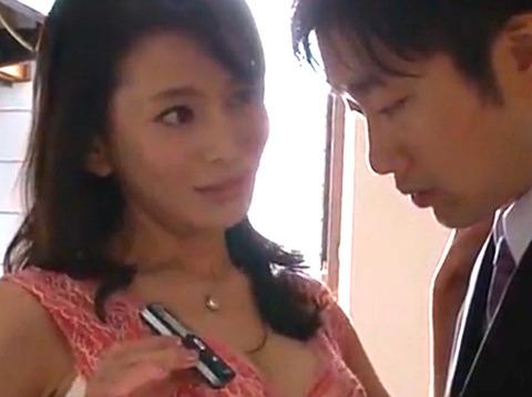 「私を抱いて…」新築の下見にきた美熟女妻がイケメン営業マンを誘惑して夫の目を盗んで生SEX