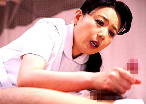 入院先で働く叔母に我慢できず勃起チ○ポの性処理をお願いしたらこっそり世話をしてくれて…。 三浦恵理子