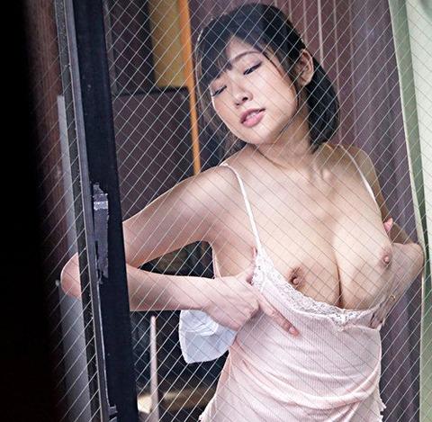 石川祐奈 向かい部屋には無防備な姿で化粧品を塗る美しい人妻!