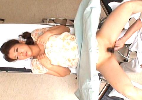 産婦人科にきた人妻が性器に異常がないか悩んでいるところを狙って悪徳医師がチンポ挿入でイカセ!
