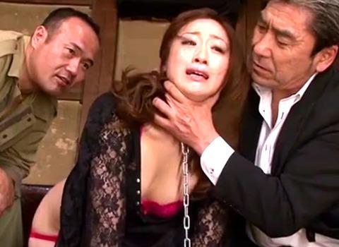 五十路熟女が首輪を付けられ男達に調教されていく