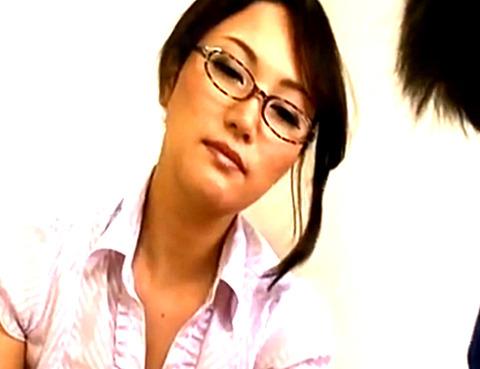 「ちんぽ触ってくれたら勉強に集中できます!」熟女家庭教師がウブな男子生徒チンポを母乳かけてシコシコイカセ
