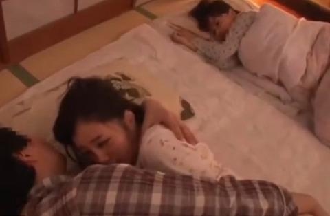 寝ている娘の裸に我慢できない親父