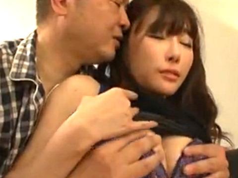 「お義父さん、ダメよ!」夫が居ない欲求不満美人妻が義父の誘惑に体を許す